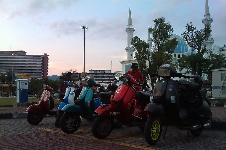 "Vielen Dank an Muhammad, seiner Vespa-Werkstatt ""Wan Scootershop"" in Kuala Lumpur und den malaysischen Scooter-Clubs ""Kehidupan Skuter Manual"", ""Excel Owner Group"" & ""Gombak Scooter Crew""! ""Decent and user friendly website. The offers are superb and the shipping costs are reasonable."" Muhammad aus Kuala Lumpur / Malaysia"